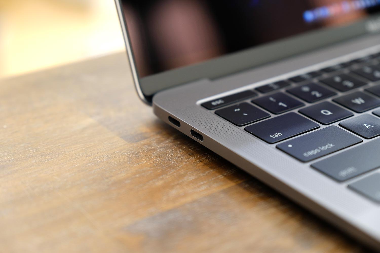 13インチMacBook Pro タッチバーなし 左サイド(USB-Cポート)